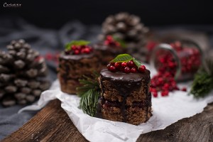 Mini Schokoladenkuchen mit Glasur und Preiselbeeren & Weihnachtsdeko, Mini Drip Cake
