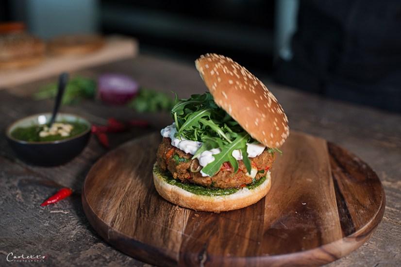 Thunfischburger vom Grill mit Rucola und Korianderpesto