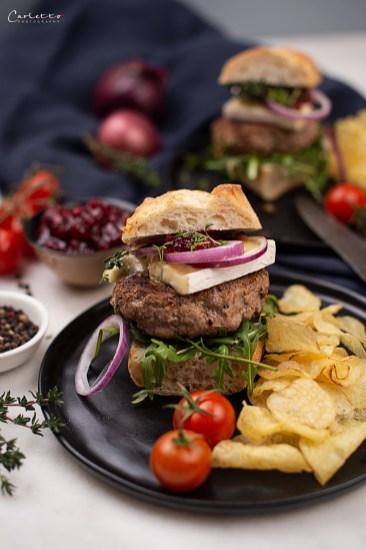 Rindfleisch Burger mit Blauschimmelkäse und Preiselbeeren