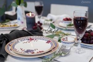 Hübsch gedeckter Tisch im mediterranen Stil.