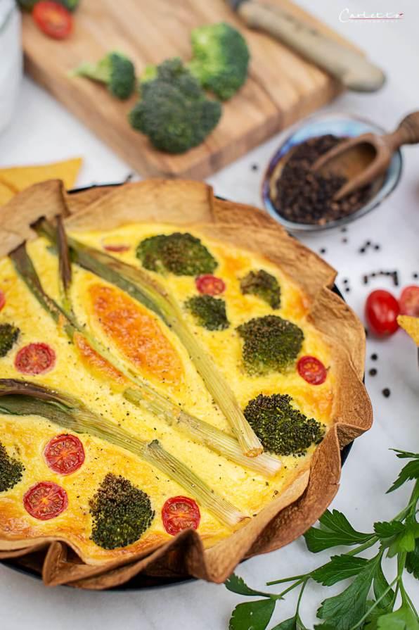 Bunte Veggie Tarte mit Frühlingszwiebel, Prkkoli und Cherrytomaten.