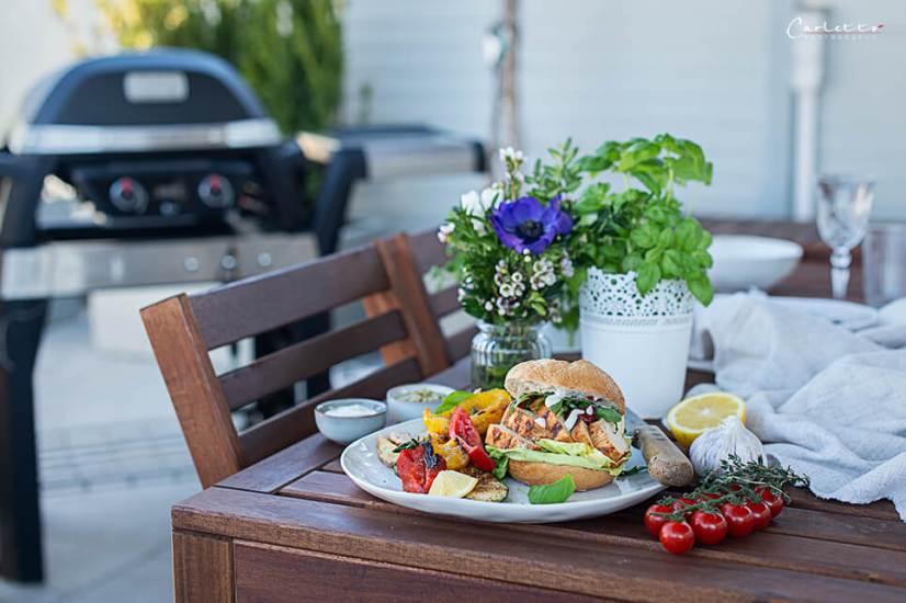 Grill Burger mit Hühnerfilet auf Tisch