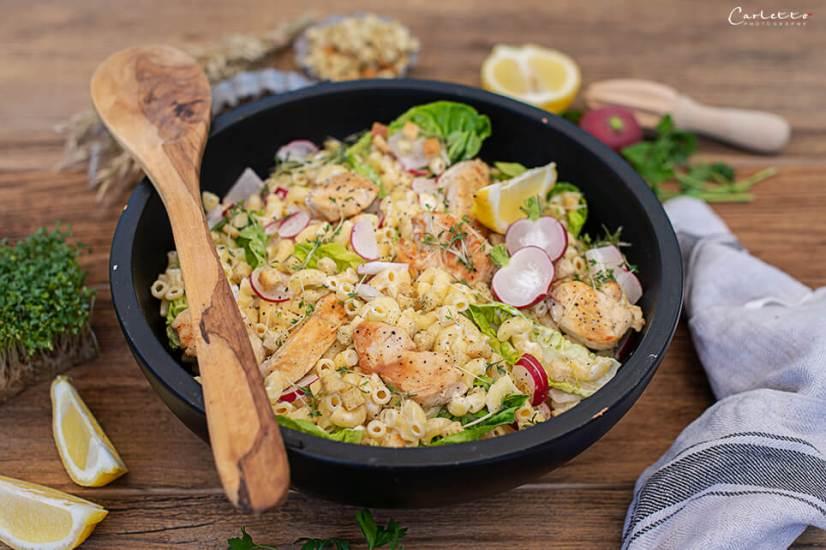Nudelsalat mit Hühnerstreifen, Radieschen, Römersalatblättern