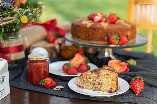 Saftiger Erdbeere Rhabarber Kuchen mit Streuseln und frischen Erdbeeren