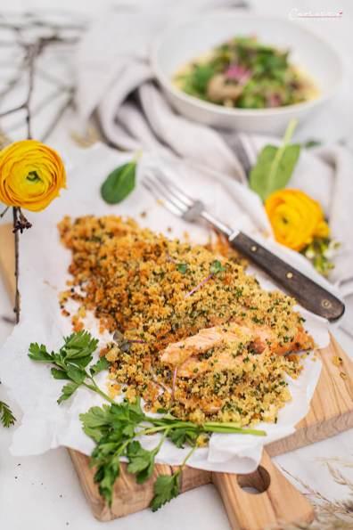 Lachsforellenfilet in Knusperkuste mit Gemüse-Ragout - Spargel, Erbsen und Champignons in cremiger Rahmsosße.