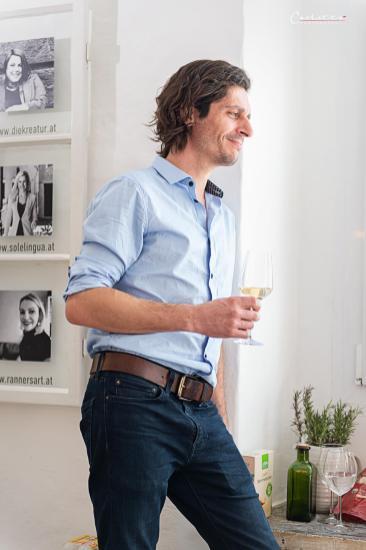 Mann mit Weinglas