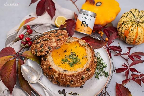Kürbis Karotten Suppe im Herbstbrot_8644