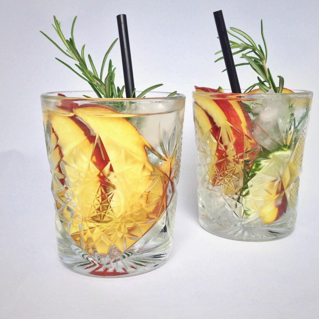 Gin tonic met perzik en limoen
