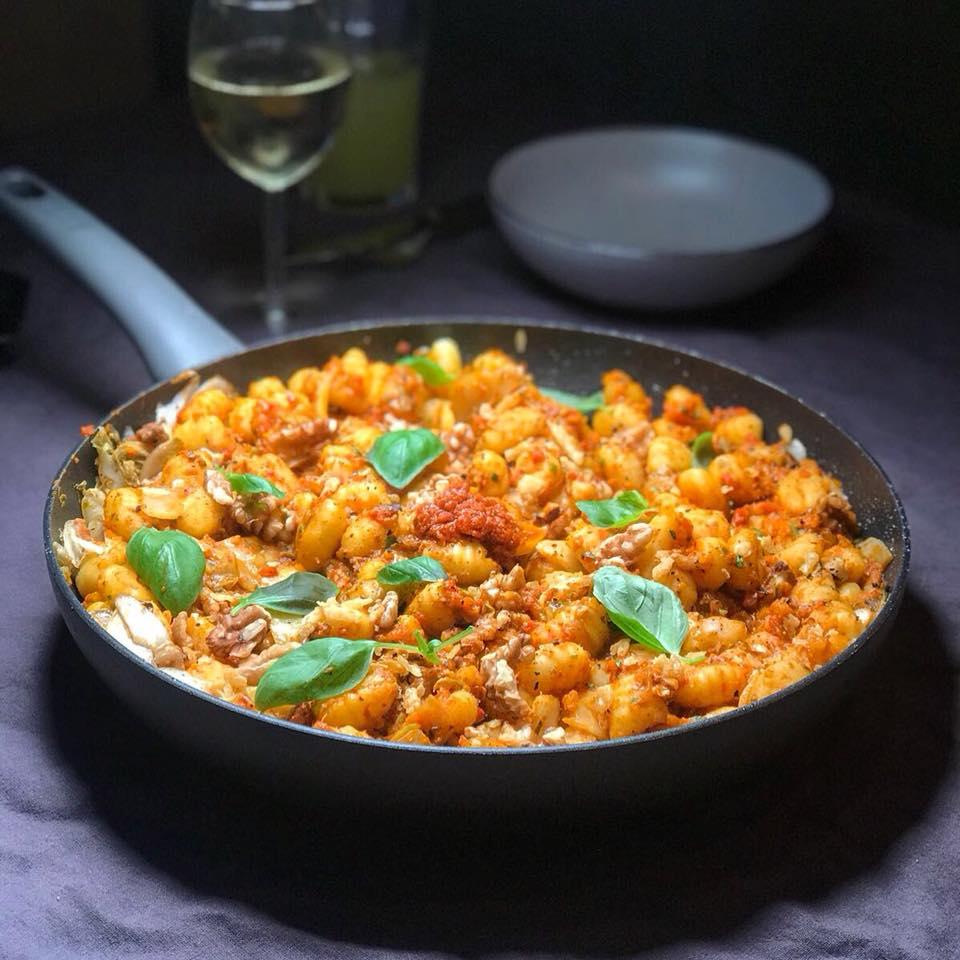 Gnocchi met gegrilde paprika rode pesto saus