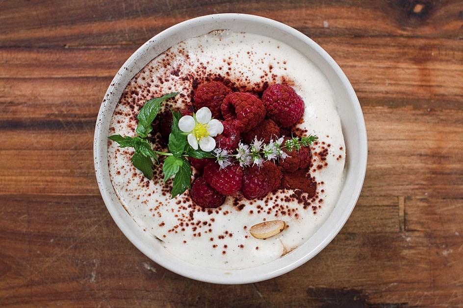 Quick tiramisu with raspberries and mint