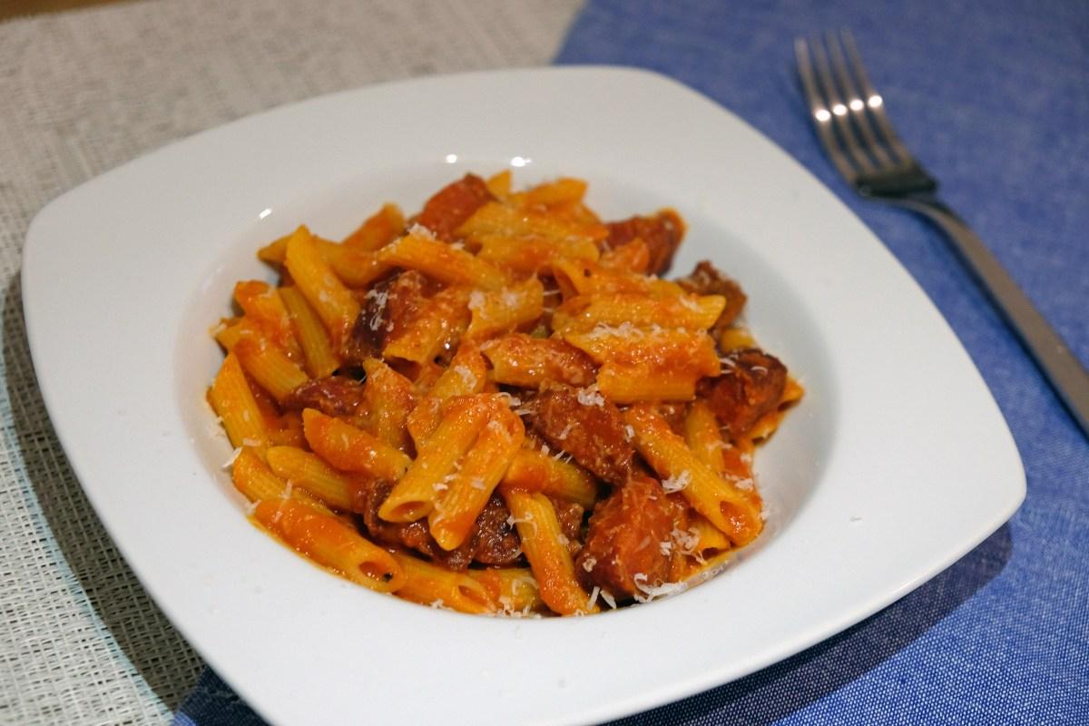 Macarrones con chorizo y salsa de tomate casera