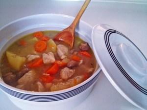 Pollo en salsa con zanahorias y champiñones