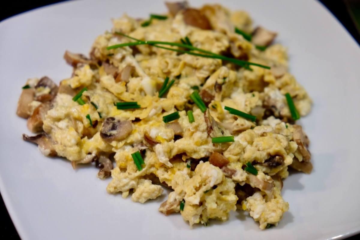 Receta para preparar huevos revueltos con champiñones Portobello