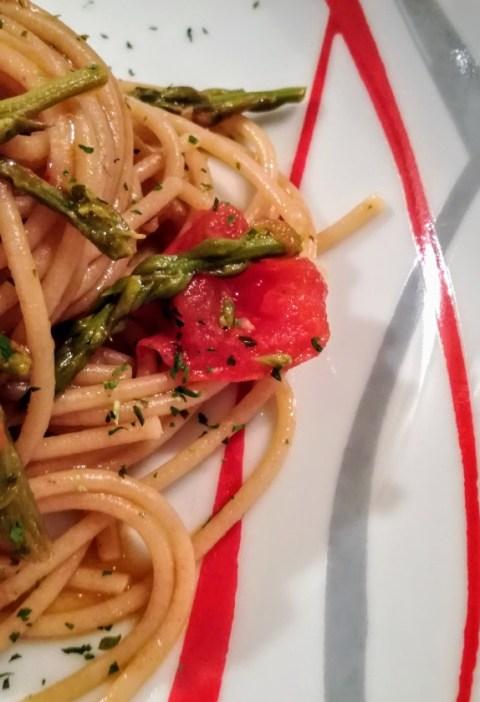 pasta con asparagi selvatici e pomodorini