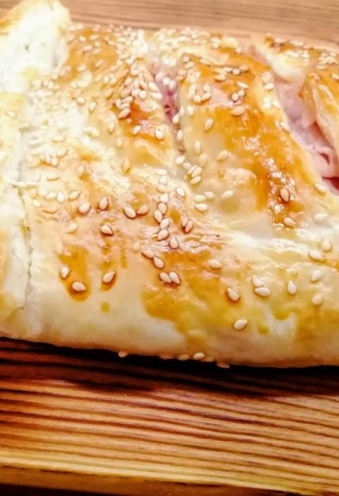 strudel salato di pasta sfoglia con prosciutto cotto e mozzarella