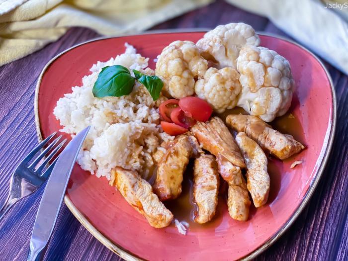 Gebratenes Hühnchen mit Reis & Gemüse