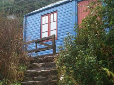 blue-cabin-by-the-sea-entrance