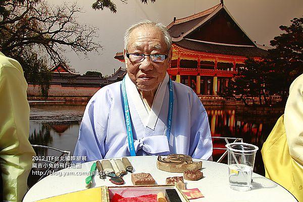 韓國國寶級工藝大師蒞臨台北國際旅展,別忘了到首爾展區體驗紙人偶喔~ @麻吉小兔吃貨旅行團