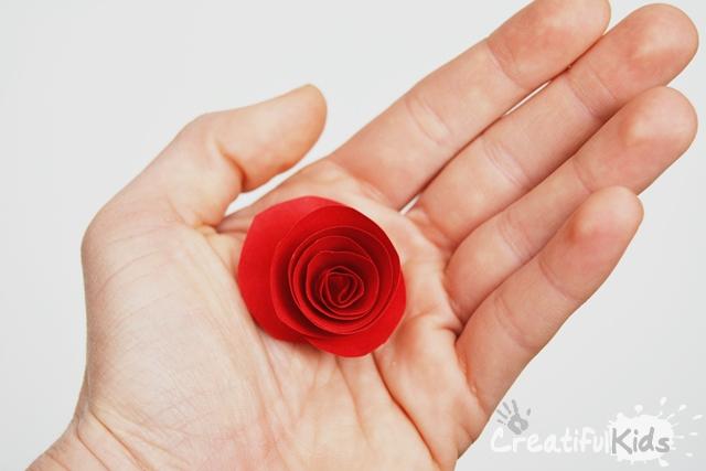 Învățați-vă copiii cum să facă flori de hârtie