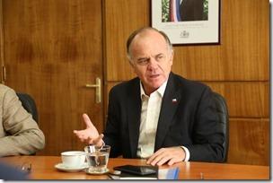 FOTO 2 Ministro Walker se reune con AMUCH