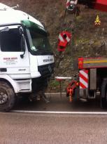 Camion sbanda ad Antognolla, conducente portato in ospedale 4