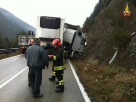 Camion sbanda ad Antognolla, conducente portato in ospedale 5