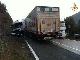 Camion sbanda ad Antognolla, conducente portato in ospedale 2