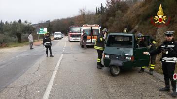 Incidente a Corciano: l'Ape si ribalta, intervengono i vigili del fuoco 1