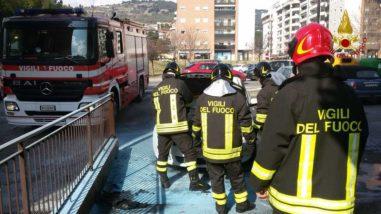 Un auto prende fuoco in via Gramsci a Ellera 1