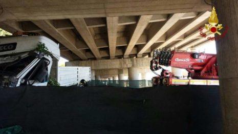 Camion precipita dal raccordo Perugia-Bettolle, tragedia sfiorata a due passi da una casa 7