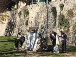 Festa dell'Unità Nazionale, deposta una corona sul monumento ai caduti restaurato dall'associazione Corciano Castello di vino 1
