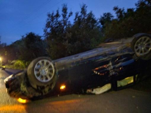 L'auto si ribalta vicino al dirupo, conducente illeso 2