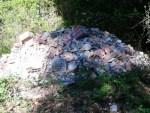 Fanno i lavori e scaricano gli inerti lungo la strada della Trinità: rifiuti abbandonati da tre giorni