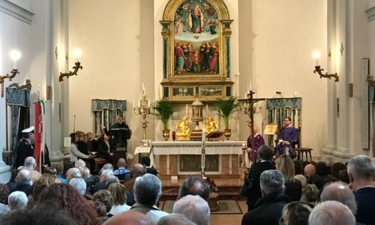 """""""Ciao compagno"""", in tanti al funerale per rendere omaggio a Enzo Melani"""