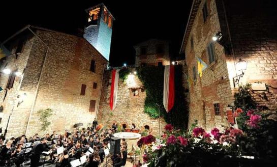 Ferragosto al Corciano Festival: giornata conclusiva con i 50 anni del Corteo del Gonfalone e il concerto dedicato a Rossini