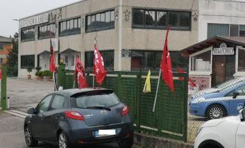 Momenti di tensione alla Gastronomia Umbra, i lavoratori licenziati bloccano la produzione