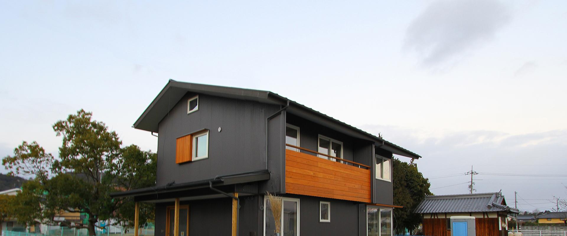 ガルバ鋼板の外観。木のアクセントが映える飽きの来ないシンプルデザイン。