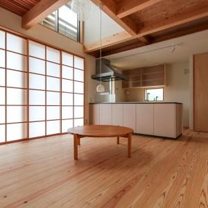 温かく肌触りの良い無垢の杉フローリングは床座の暮らしに最適な素材|福山市 草戸の住宅