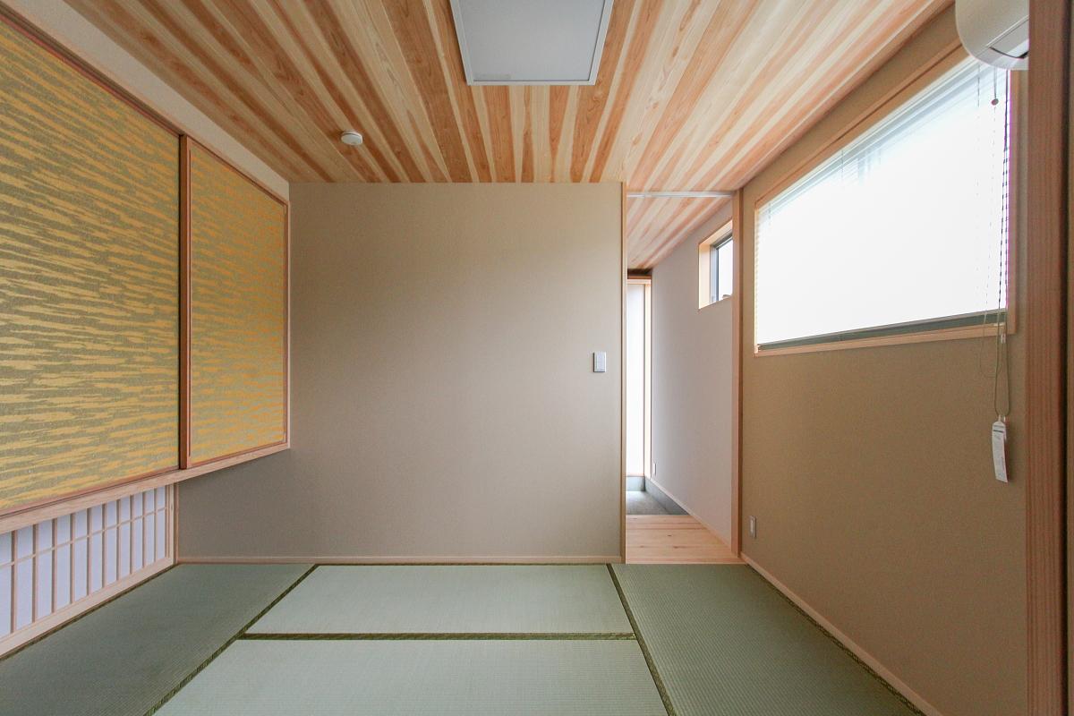 杉板張りの天井と唐紙貼りの建具のおしゃれな和室|福山 東手城の家|和モダンのおしゃれな家の住宅会社 コアハウス