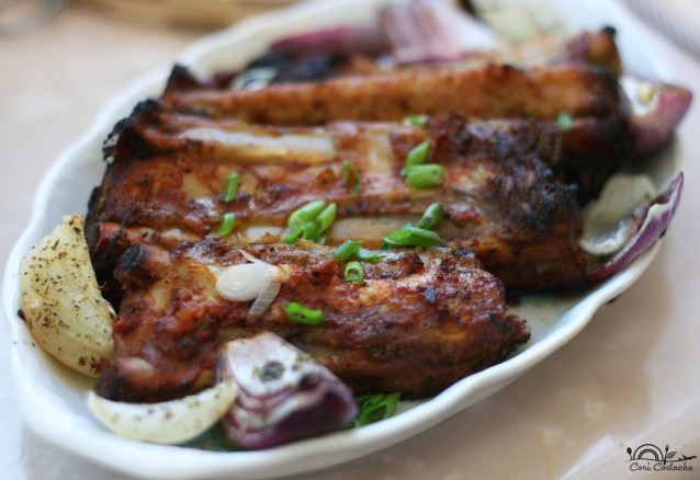 coaste de porc marinate si ceapa cu ierburi aromatice