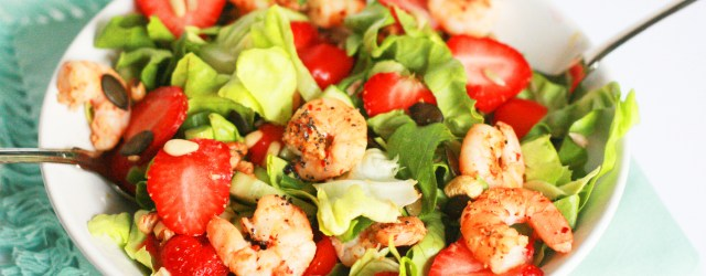 Summer mix: Shrimp and strawberry salad with poppy seeds dressing