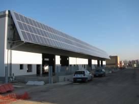 fotografie impianto fotovoltaico installato su parete di un azienda