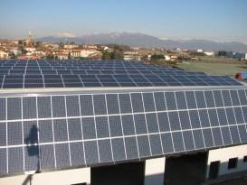 fotografie tetto di un'azienda con impianto fotovoltaico