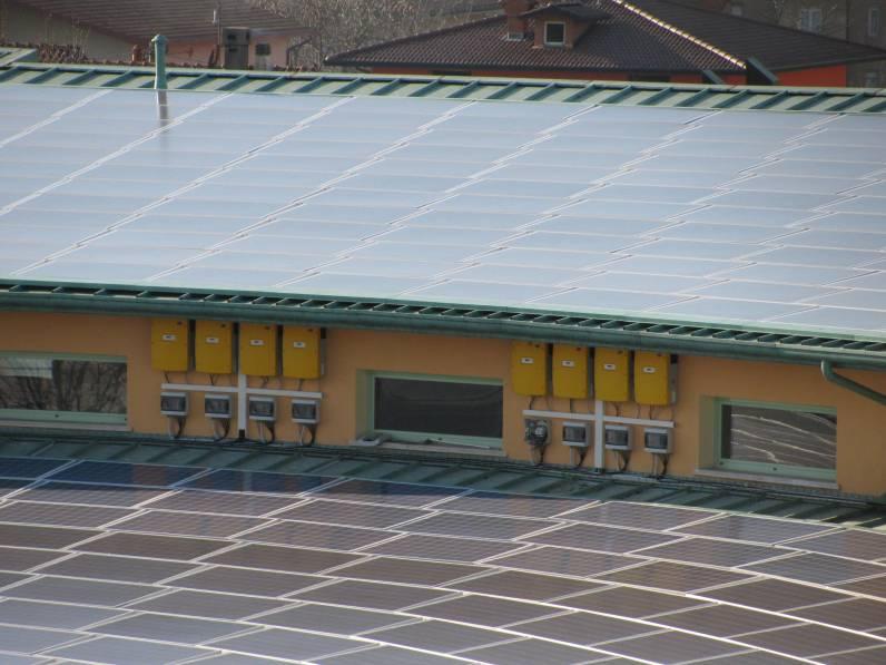 fotografie particolare impianto fotovoltaico e inverter