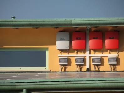 fotografie inverter applicati su parete della scuola con impianto fotovoltaico