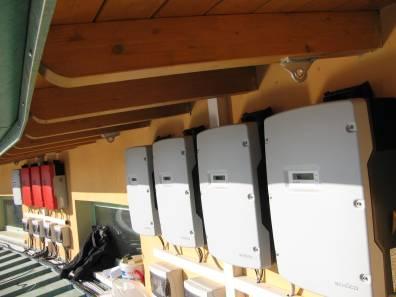 fotografie inverter bianchi per impianto fotovoltaico