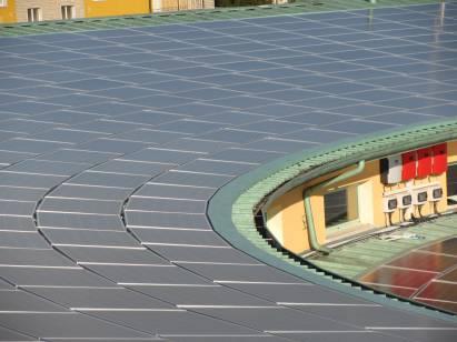 fotografie particolare di un tetto con impianto fotovoltaico