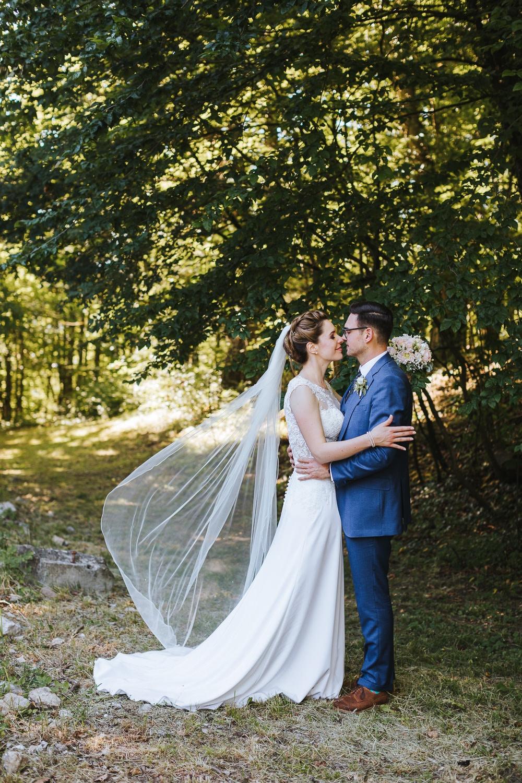 Hochzeit Habsburg Schleier Wind Brautpaar