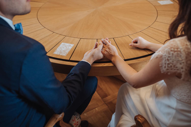 Ziviltrauung Hände Brautpaar