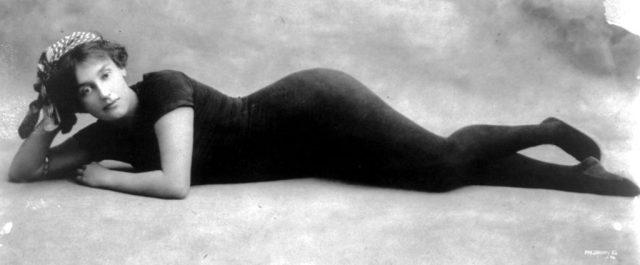 Annette Kellerman in haar eendelige zwempak.